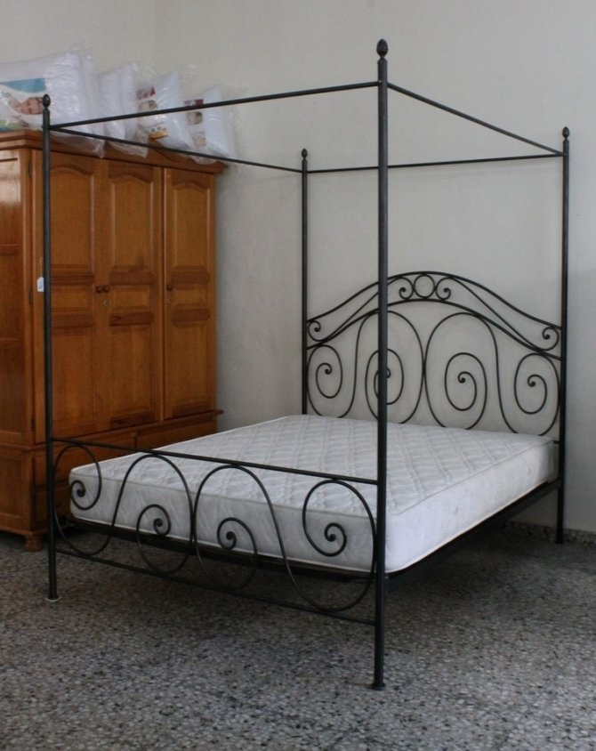 Second-hand furniture Metal Four Poster Bed, Torrevieja, Spain