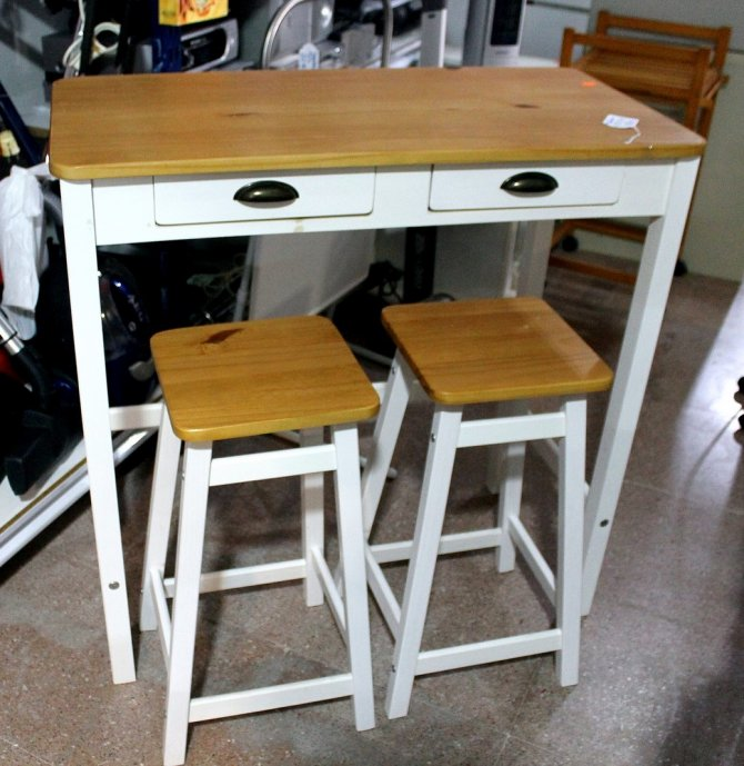 Second-hand furniture Table and two stools, Torrevieja, Spain